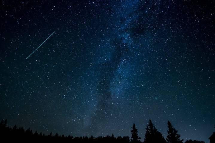 Ilustrasi fenomena hujan meteor. (Foto: Pexels/Tugu Jatim)