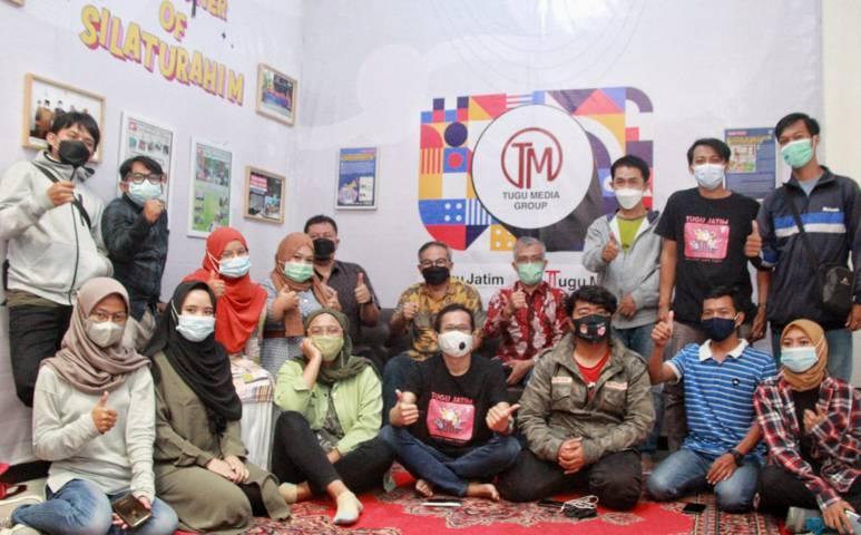 Dr Aqua Dwipayana, Pemred Tugu Jatim Nurcholis MA Basyari, CEO Tugu Media Group Irham Thoriq foto bersama karyawan di Kota Malang, Kamis (17/06/2021). (Foto: Rubianto/Tugu Jatim)