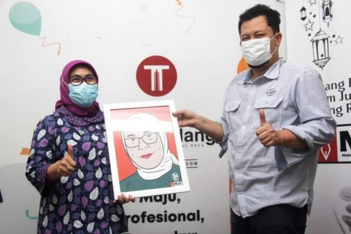 Kepala BNI Kanwil Malang Beby Lolita Indriani bersama CEO Tugu Media Group Irham Thoriq pada acara Malang Jurnalis Forum yang digelar 4 Mei 2021 di kantor Tugu Media Group. (Foto: Rubianto/Tugu Jatim)