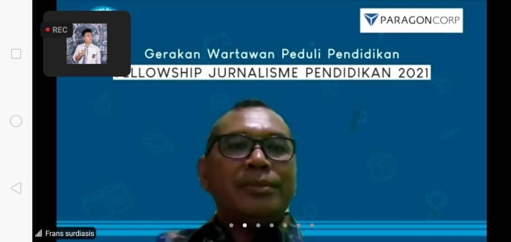 Jurnalis senior Frans Surdiasis saat menyampaikan materi tentang bagaimana menyusun narasi berita. (Foto: Rap/Tugu Jatim)