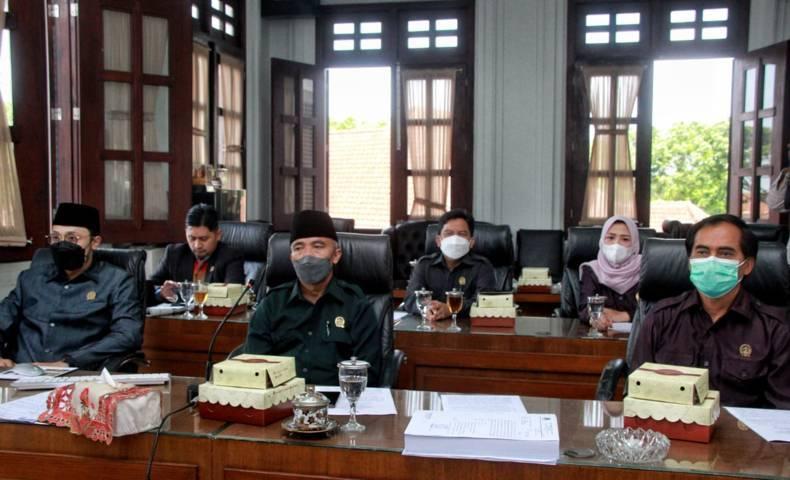 DPRD Kota Malang menggelar Rapat Paripurna Penyampaian Pendapat Akhir Fraksi, Pengambilan Keputusan DPRD dan Pendapat Akhir Wali Kota terhadap Pembahasan Ranperda tentang Pertanggungjawaban Pelaksanaan APBD tahun 2020. (Foto: Rubianto/Tugu Jatim)