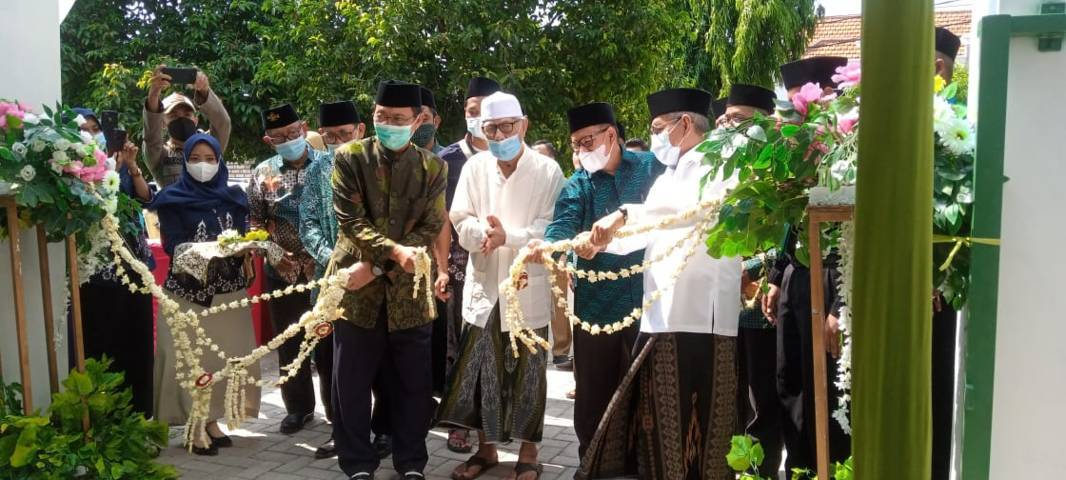 Bupati Tuban H. Fathul Huda meresmikan kantor Pusat BMT ASA Graha Sakinah Tuban (kantor Fatayat NU Tuban) dan MWC NU Kota Tuban di Jalan KH Mustain, Selasa (08/06/2021). (Foto: Rochim/Tugu Jatim)