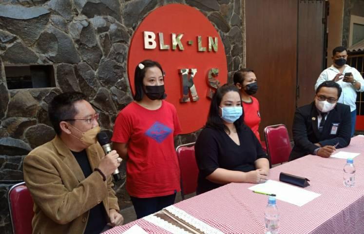 Kepala Cabang PT CKS Maria Imelda Indrawati Kusuma bersama kuasa hukumnya Gunadi Handoko saat konferensi pers membantah temuan BP2MI soal adanya pelanggaran. (Foto:Azmy/Tugu Jatim)