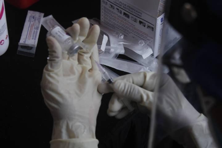 Untuk mencegah penyebaran Covid-19 di Kediri, dilakukan vaksinasi di Simpang Lima Gumul. (Foto: Rino Hayyu Setyo/Tugu Jatim)
