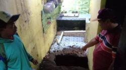 Pemilik rumah Suwik menunjukkan rumahnya yang ambrol pada Selasa (15/06/2021). (Foto: Sholeh/Tugu Jatim)