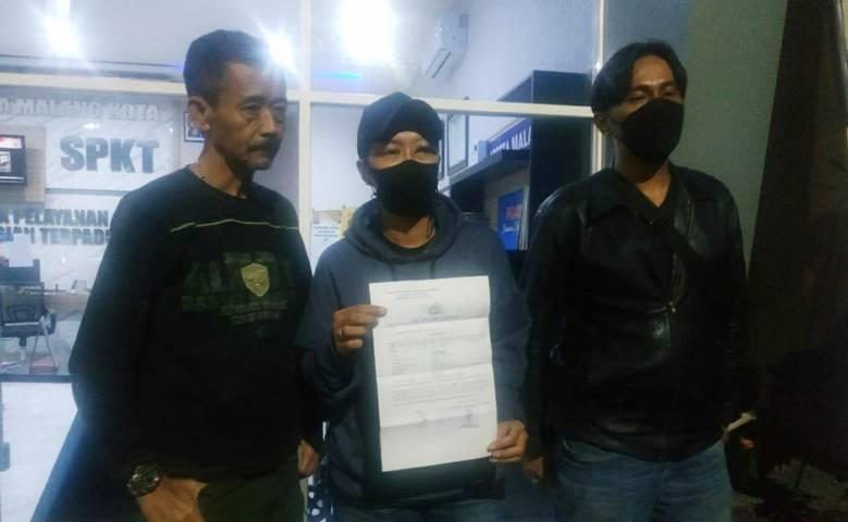 Korban MT bersama orang tuanya didampingi kuasa hukumnya, Rudy Murdani, usai melaporkan kasus dugaan penganiayaan oleh bos kelab besar di Malang ke Polresta Malang Kota. (Foto:Istimewa/Tugu Jatim)