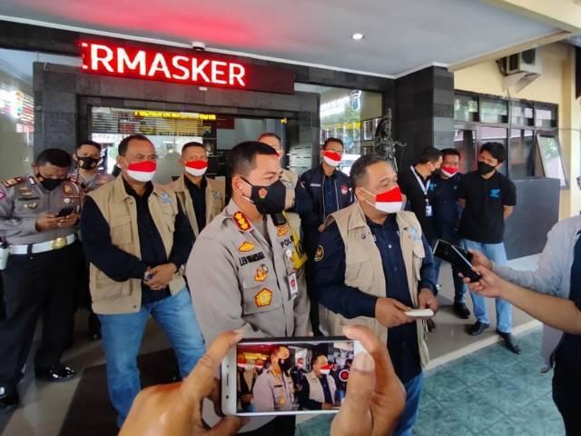 Kapolresta Malang Kota Kombes Pol Leonardus Simarmata dan Ketua BP2MI Benny Rhamdani saat berada di Polresta Malang Kota. (Foto: Sholeh/Tugu Jatim)