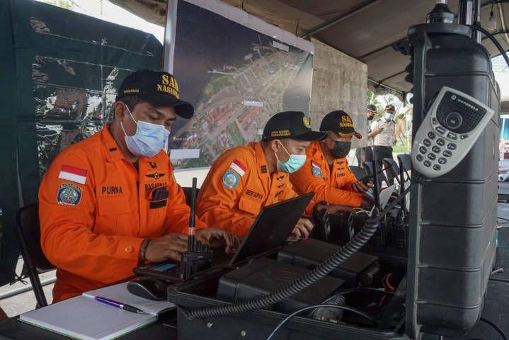 Tim Basarnas tengah standby untuk menerima dan memberikan laporan terkait pencarian korban KMP Yunicee yang tenggelam pada Selasa (29/6/2021) malam. (Foto: Dicky Bisinglasi for Tugu Jatim)