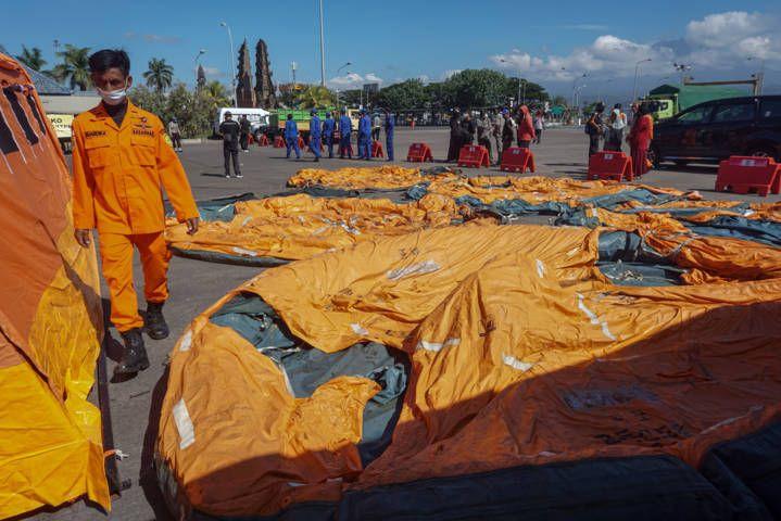 Tim Basarnas tengah siaga untuk proses evakuasi para korban tenggelamnya KMP Yunicee. (Foto: Dicky Bisinglasi for Tugu Jatim)