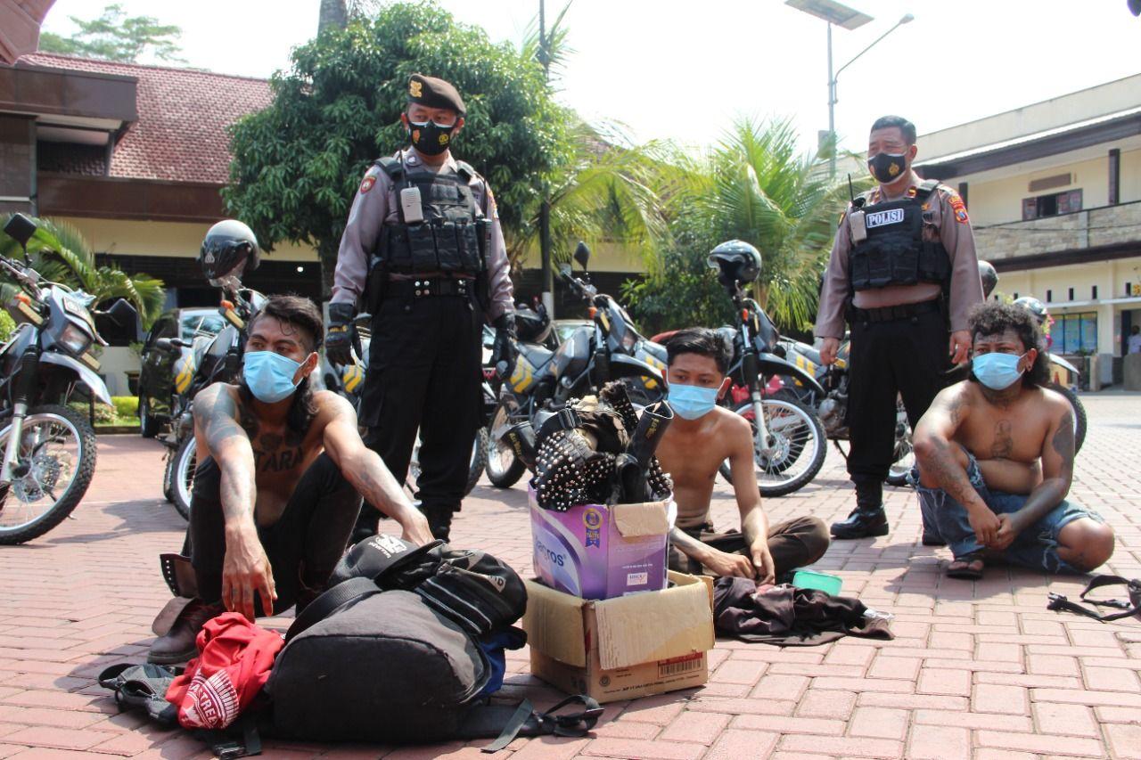 Para anjal diamankan petugas Polres Malang karena kedapatan membawa miras. (Foto: Rap/Tugu Jatim)