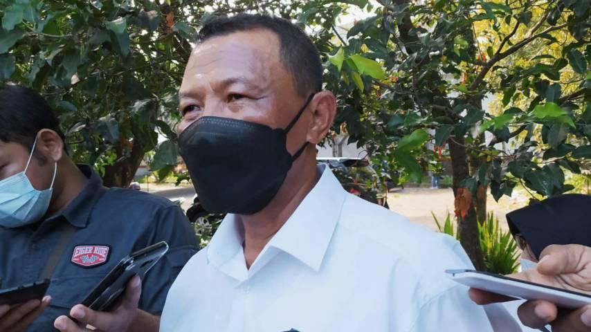 Kepala Bagian Hukum Pemkot Malang Suparno saat melihat tanah sengketa di kawasan Velodrome Sawojajar. (Foto:Azmy/Tugu Jatim)