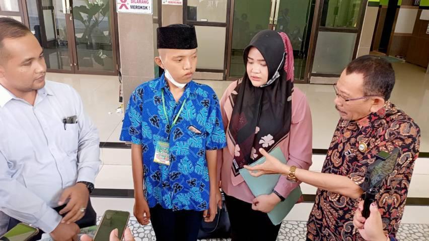 Anang Sutomo (batik biru) ditemani kuasa hukumnya. Dia akhirnya lega dengan kejelasan status jenis kelaminnya sebagai laki-laki pada Rabu (16/06/2021). (Foto: Rino Hayyu Setyo/Tugu Jatim)