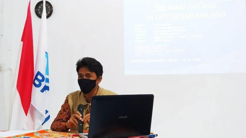 Koordinator UPT BP2MI di Malang M. Kholid Habibi saat konferensi pers Senin (14/06/2021). (Foto:Azmy/Tugu Jatim)
