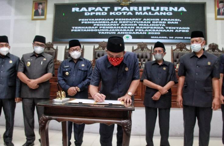 Ketua DPRD Kota Malang I Made Rian DK menandatangani keputusan DPRD disaksikan Wali Kota Sutiaji, Wakil Wali Kota Malang Sofyan Edi Jarwoko, beserta Wakil Pimpinan DPRD Kota Malang. (Foto: Rubianto/Tugu Jatim)