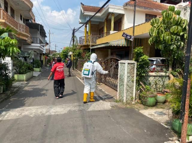 Dibantu warga, penyemprotan desinfektan dilakukan petugas agar Covid-19 tak semakin meluas. (Foto: BPBD Kota Malang/Tugu Jatim)