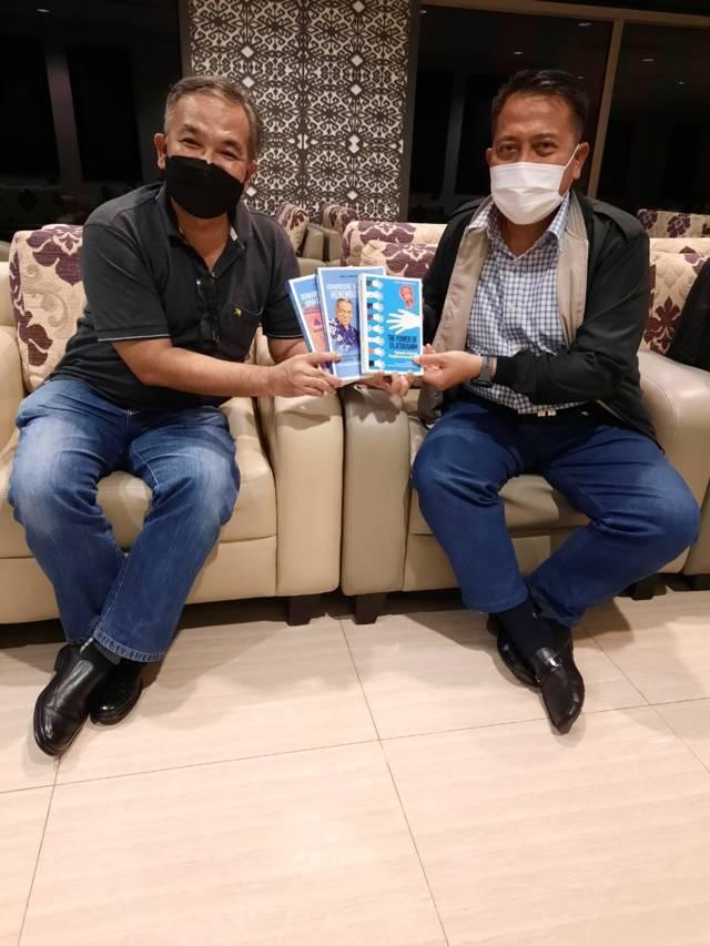 Pakar Komunikasi dan Motivator Nasional Dr Aqua Dwipayana memberikan buku trilogi karyanya kepada Panglima Komando Armada (Pangkoarmada) III Laksamana Muda (Laksda) TNI Dadi Hartanto saat bertemu di Bandara Soekarno-Hatta Tangerang, Banten, Selasa (01/06/2021). (Foto: Dokumen/Tugu Jatim)