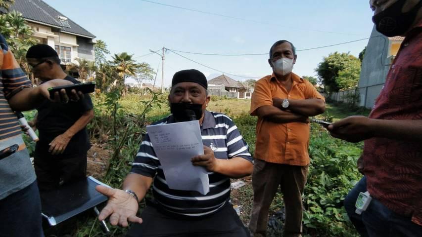 H. Agung Mustofa yang juga mengklaim punya hak atas tanah seluas 3.269 m² di kawasan Velodrome. (Foto:Azmy/Tugu Jatim)