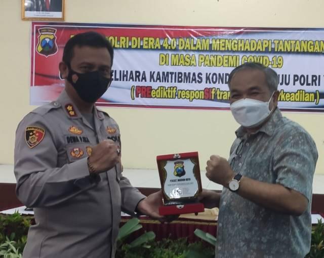 Kapolres Madiun Kota AKBP Dewa Putu Eka Darmawan bersama Dr Aqua Dwipayana. (Foto: Dokumen)