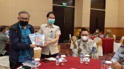 Dr Aqua Dwipayana bersama Kakanwil Kemenkumham Kalimantan Timur, Sofyan menunjukkan buku The Power of Silaturahim. (Foto: Dokumen)