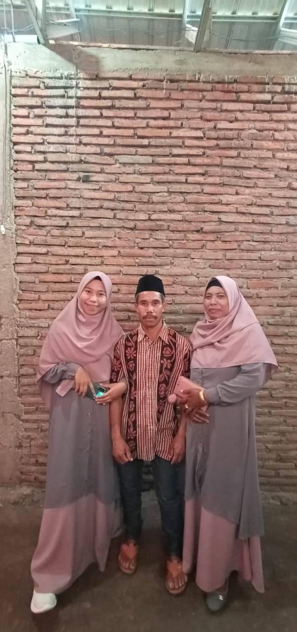 Arniati (kiri) beserta kedua orang tuanya, Juwaedin dan Yanti. (Foto: Dokumen)