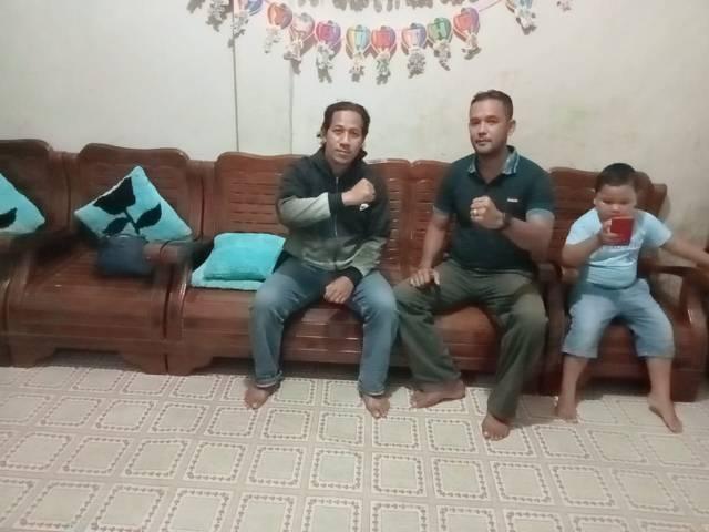 Bintara Pelatih Unit Intel Kodim Bima Serma Arif Budiarso dan Sertu Muhtar serta putra Arif. (Foto: Dokumen)