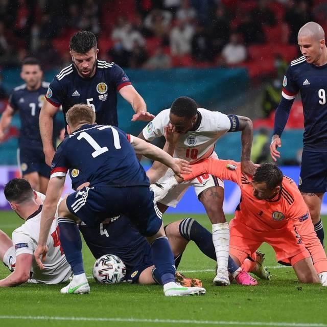 Raheem Sterling (nomor 10), Stuart Armstrong (nomor 17), Grant Hanley (nomor 5), dan David James Marshall (penjaga gawang) saat terjadi kemelut di depan gawang Skotlandia saat Euro 2020. (Foto: IG Euro 2020/Tugu Jatim)