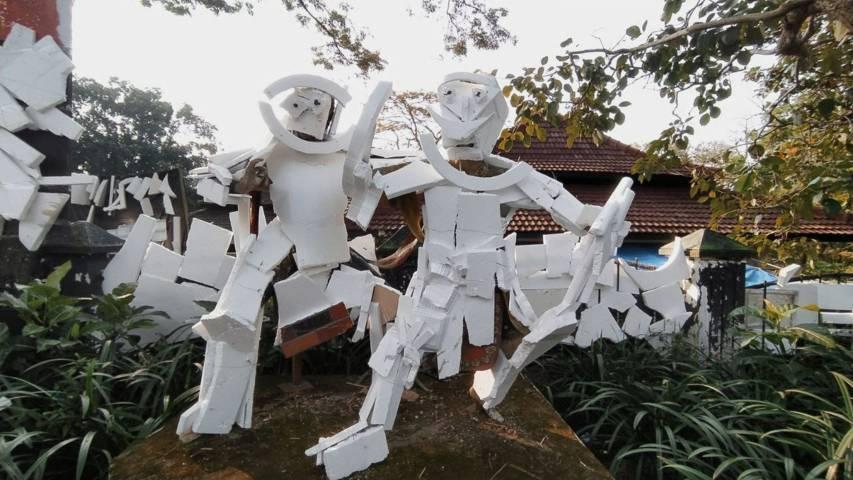 "Instalasi seni ""styrofoam"" berbentuk ikon boneka. (Foto: Azmy/Tugu Jatim)"