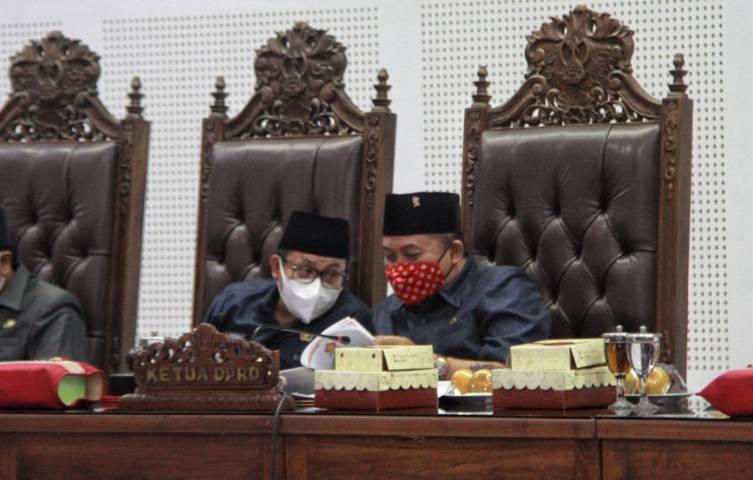 Wali Kota Malang Sutiaji (kiri) dan Ketua DPRD Kota Malang I Made Rian DK dalam rapat paripurna pada Rabu (30/06/2021).(Foto: Rubianto/Tugu Jatim)