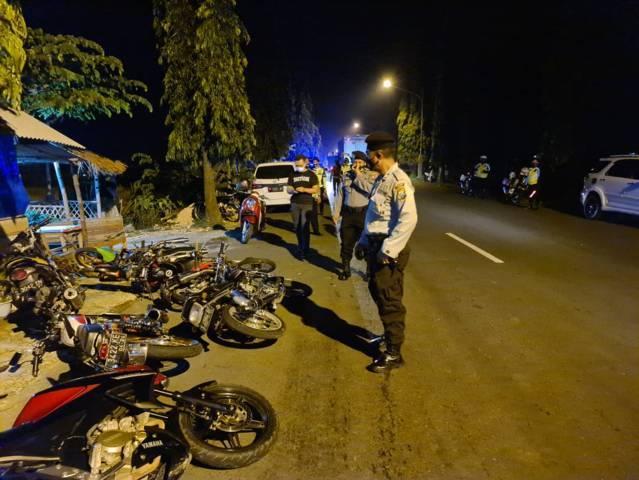 Deretan motor yang diamankan pihak Polres Tuban lantaran digunakan pada ajang balap liar di Jalan Soekarno-Hatta, Kabupaten Tuban, Minggu (13/6/2021). (Foto: Polres Tuban)