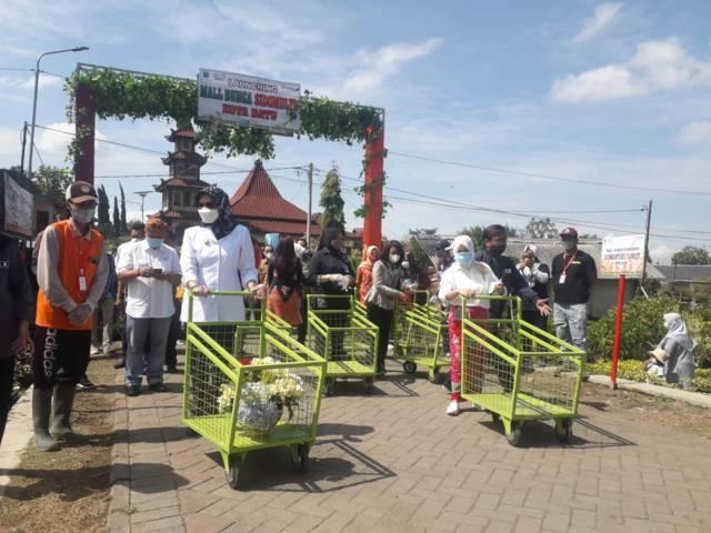 Dewanti Rumpoko tampak berbelanja bunga di Mall Bunga Sidomulyo Kota Batu.(Foto: Sholeh/Tugu Jatim)