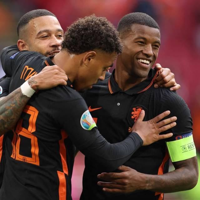 Pemain Belanda, Mempis Depay (belakang), Georginio Wijnaldum (tengah), dan Donyell Malen (depan) saat merayakan gol di ajang Euro 2020. (Foto: Instagram/Euro 2020) tugu jatim