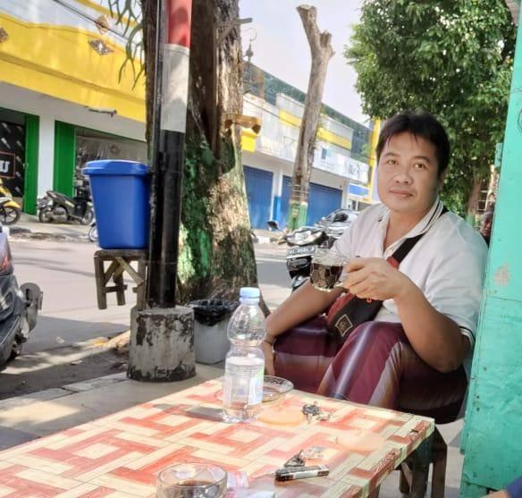 Saat bertemu Ahmad Syifyani Khan (36) di sebuah warung kopi di Jalan Basuki Rahmat, Kelurahan Kutorejo, Kecamatan Tuban, 14 Juni 2021 lalu. (Foto: Moch Abdurrochim/Tugu Jatim)