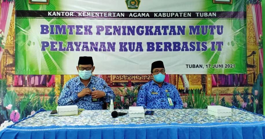 Kepala Kantor Kementerian Agama Kabupaten Tuban, Sahid (kanan) didampingi Kasi Bimas Islam Kemenag Tuban, Mashari (kiri) saat gelaran bimtek Peningkatan Mutu Layanan KUA Berbasis IT bagi Kepala KUA dan Operator KUA, Kamis (17/6/2021). (Foto: Humas Kemenag Tuban)
