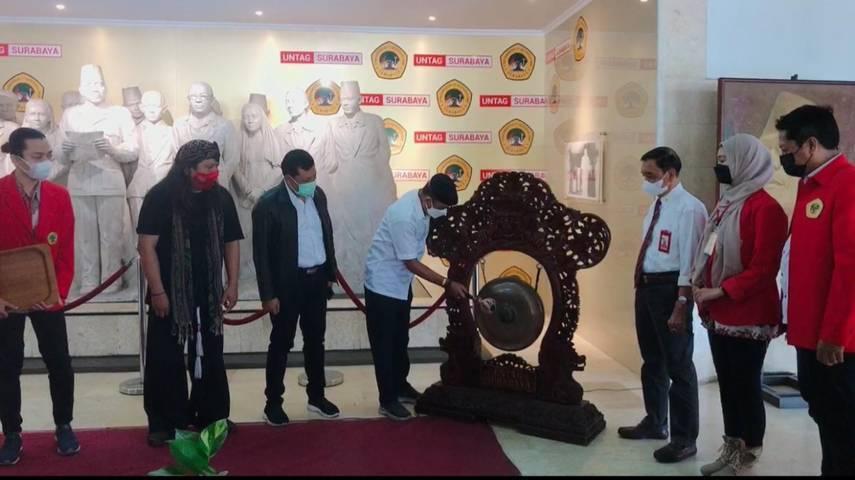 Wakil Wali Kota Surabaya Armuji sedang memukul gong pembuka pameran lukisan Bung Karno di Untag Surabaya, Senin (21/6/2021). (Foto: Dokumen/Untag Surabaya)