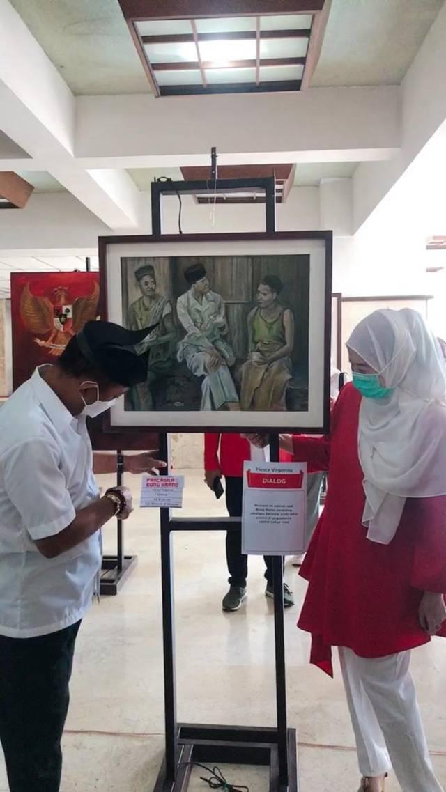 Wakil Wali Kota Surabaya Armuji sedang berkeliling dan melihat lukisan Bung Karno yang dipamerkan. (Foto: Dokumen/Untag Surabaya)