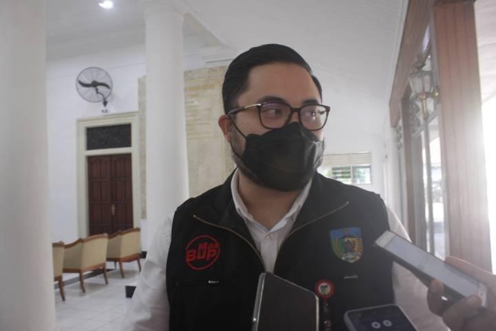 Bupati Kediri, Hanindhito Himawan Pramana ketika ditemui awak media dan menyebut terkait wacana penerapan micro lockdown di Kabupaten Kediri. (Foto: Rino Hayyu/Tugu Jatim)