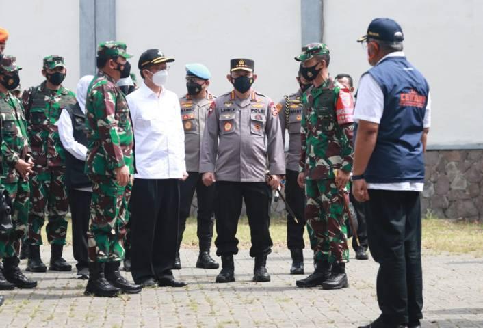 Jajaran Forum Komunikasi Pimpinan Daerah (Forkopimda) Jatim, Sabtu (19/06/2021), saat memantau penanganan Covid-19 di Bangkalan. (Foto: Polrestabes Surabaya/Tugu Jatim)