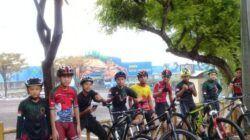 Para atlet saat latihan olahraga sepeda di depan Wisata Bahari Lamonga. (Foto: Pengcab ISSI Tuban/Tugu Jatim)