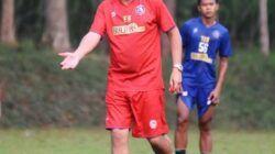 Pelatih Arema FC Eduardo Almeira saat memimpin latihan pemain Singo Edan. (Foto: AremaFCofficial/Tugu Jatim)