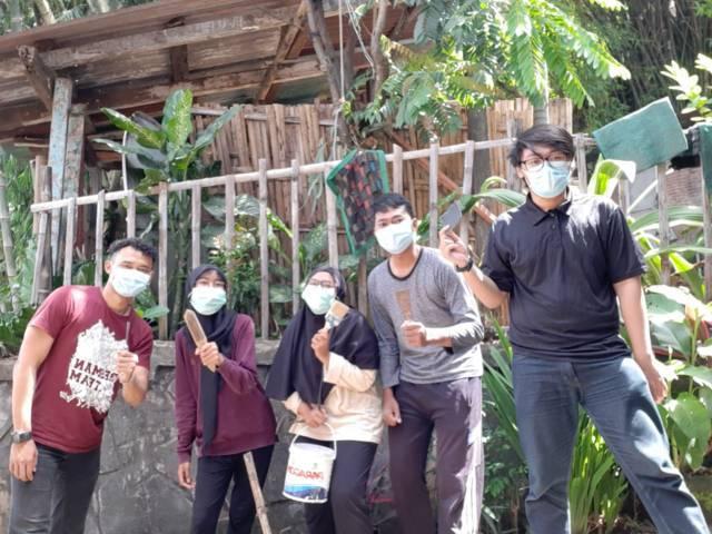 Para mahasiswa KKN UM tahun 2021 yang membuat mural di Taman Keceh. (Foto: Dokumen/Tugu Jatim)