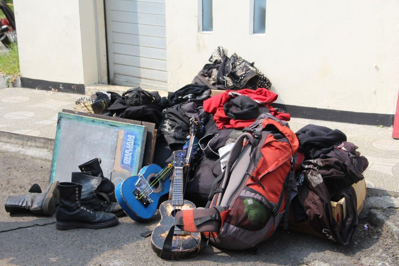 Petugas juga mengamankan barang-barang yang dibawa para anjal di Kepanjen. (Foto: Rap/Tugu Jatim)