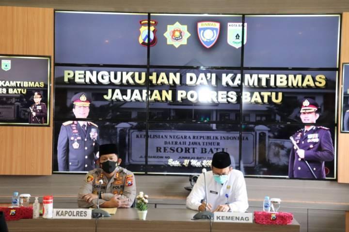 Kapolres Batu AKBP Catur C. Wibowo dan Kemenag Kota Batu Nawawi dalam pengukuhan Dai Kamtibmas. (Foto: Polres Batu/Tugu Jatim)