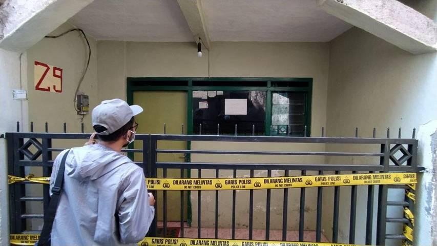 TKP rumah pelaku penusukan di Jalan Tlogo Agung 29, RT 2, RW 2, Tlogomas, Lowokwaru, Kota Malang, yang di-police line polisi. (Foto:Azmy/Tugu Jatim)