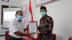 Bupati Tuban, H. Fathul Huda saat menyerahkan penghargaan kepada perwakilan pendonor yang mencapai 50 hingga 75 kali. (Foto: Humas Pemkab Tuban) donor darah