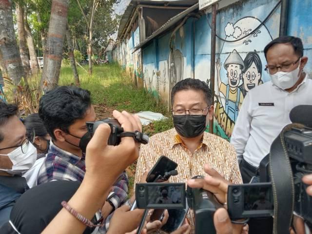 Kepala DP3AK Jatim, Andiyanto saat diwawancara usai meninjau SMA SPI Kota Batu, Rabu (2/6/2021). (Foto: M Sholeh/Tugu Jatim)