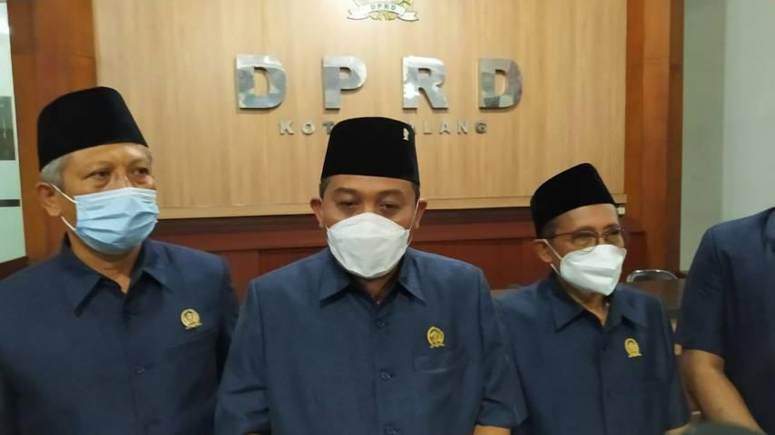 Ketua DPRD Kota Malang, I Made Riandiana Kartika (tengah) ketika memberikan keterangan terkait kasus TKW yang kabur dari tempat pelatihan dan terjatuh dari lantai 4. (Foto: M Ulul Azmy/Tugu Jatim)