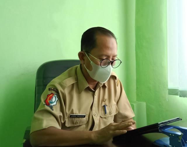 Kepala Pelayanan Dispendukcapil yang berada di Mal Pelayanan Publik Bojonegoro, Darul Mahasin saat menjelaskan cara pembuatan dan manfaat KIA. (Foto: Mila Arinda/Tugu Jatim)