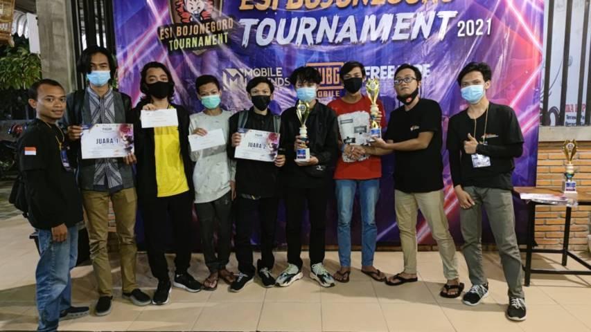Para pemenang turnamen e-sport Bojonegoro yang telah diadakan selama 3 hari mulai 18-20 Juni 2021. (Foto: KONI Bojonegoro) tugu jatim