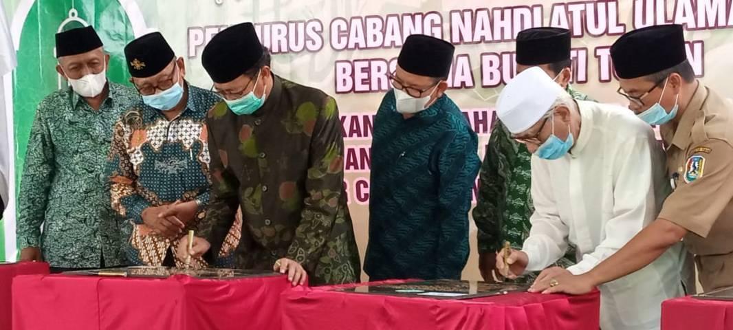 H. Fathul Huda meresmikan kantor Pusat BMT ASA Graha Sakinah Tuban (kantor Fatayat NU Tuban) dan MWC NU. (Foto: Rochim/Tugu Jatim)
