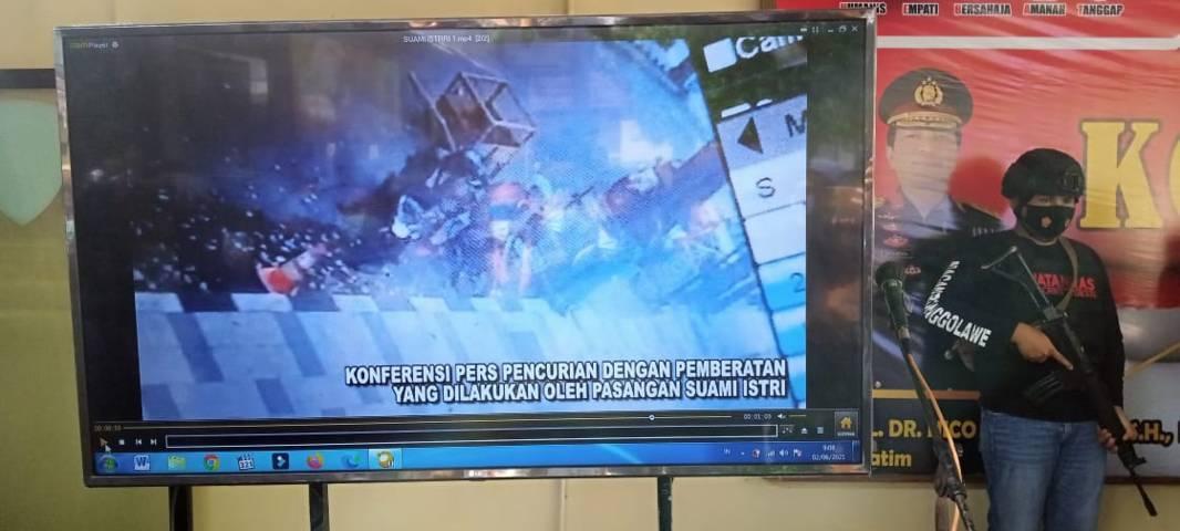 Rekaman CCTV yang diputar saat pers rilis pencurian HP di Tuban. (Foto: Rochim/Tugu Jatim)